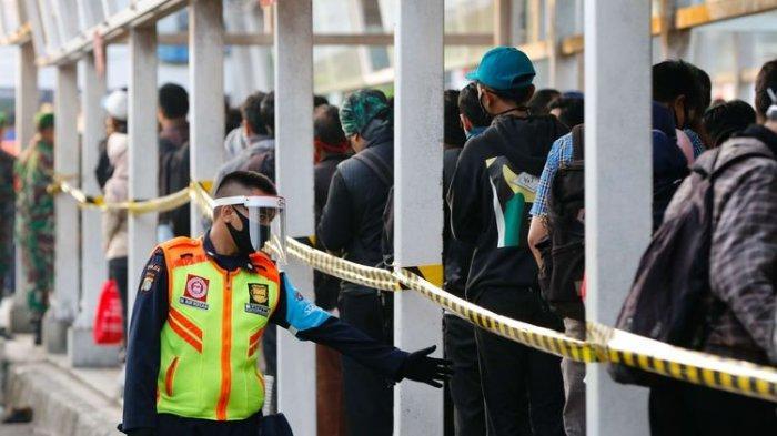Petugas menggunakan face shield dan masker di Stasiun Kota Bogor, Selasa (9/6/2020). Pihak stasiun menerapkan protokol kesehatan kepada petugas dan penumpang KRL commuter line untuk mengurangi penyebaran virus Covid-19.