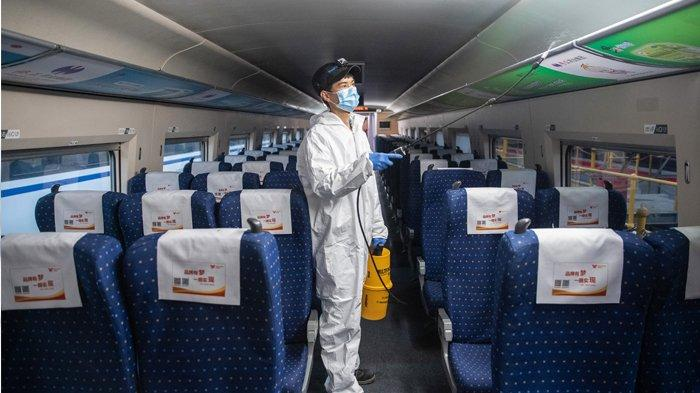 ILUSTRASI Suasana di China --- Foto ini diambil pada 7 April 2020 menunjukkan seorang anggota staf menyemprotkan desinfektan pada kereta peluru dalam persiapan untuk melanjutkan operasi setelah pihak berwenang mencabut larangan lebih dari dua bulan untuk perjalanan keluar, di Wuhan di provinsi Hubei, China tengah. Ribuan warga yang lega mengalir keluar dari Wuhan China pada 8 April setelah pihak berwenang mencabut kebijakan lockdown atau penguncian berbulan-bulan di epicntre coronavirus, menawarkan beberapa harapan kepada dunia meskipun rekor kematian di Eropa dan Amerika Serikat. STR / AFP
