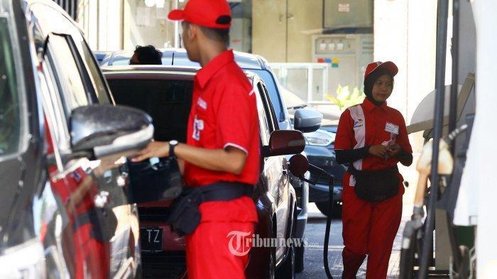 Petugas SPBU sedang mengisi BBM ke mobil