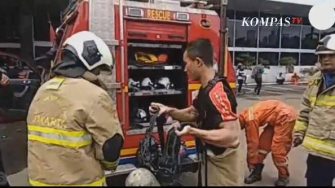 Petugas tengah bersiap memadamkan api di gedung DPR RI (Sumber: Kompas TV)