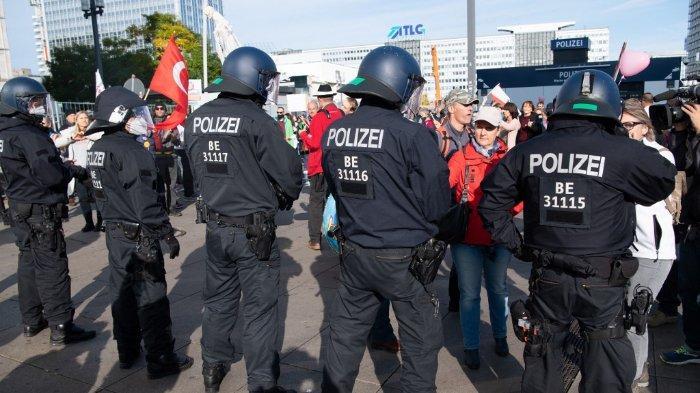 FOTO HANYA ILUSTRASI Pasukan Polisi - FOTO: Sejumlah petugas polisi menjaga barisan demonstrasi yang menentang kebijakan pembatasan Covid-19 di Berlin, 25 Oktober 2020