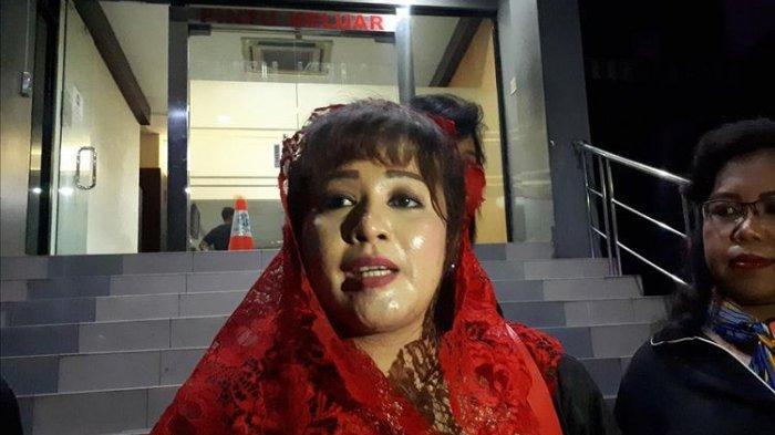 Politikus PDI-Perjuangan, Dewi Tanjung di Polda Metro Jaya, Jakarta Selatan, Senin (12/8/2019).(RINDI NURIS VELAROSDELA)