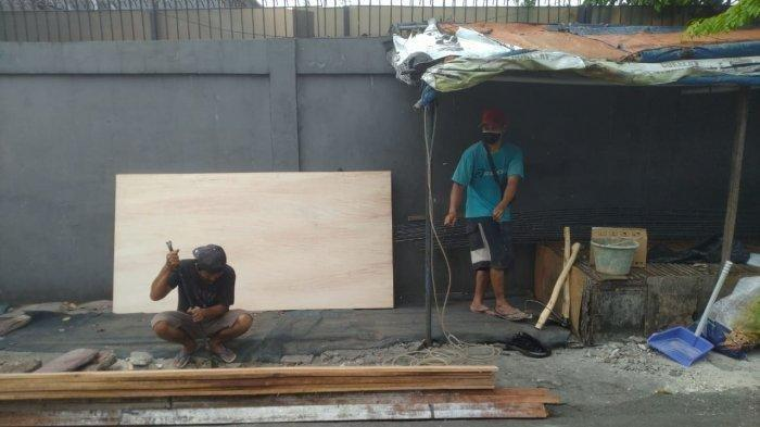 Usai penertiban atribut Front Pembela Islam (FPI) di Petamburan, Jakarta Pusat, jajaran Polsek Tanah Abang dan Koramil Tanah Abang membangun posko tiga pilar di muka Jalan Petamburan III