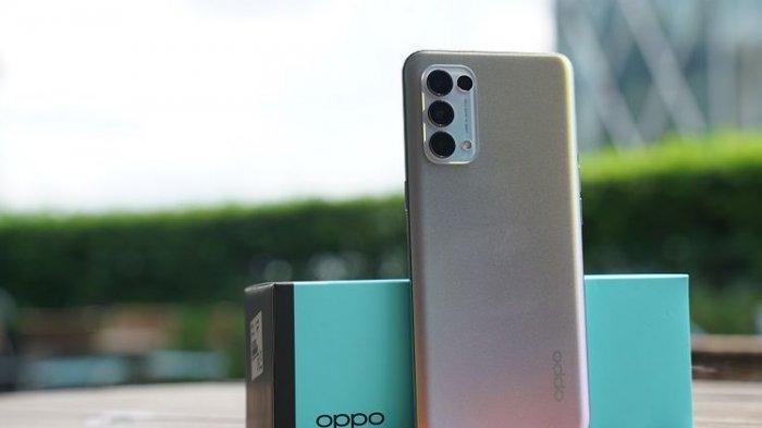 Oppo Reno5 varian Fantsy Silver dengan tampilan warna yang bisa berubah tergantung sudut pandang pengelihatan.