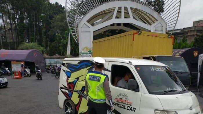Tim gabungan pos penjagaan perbatasan Kota Tasikmalaya menindak tegas para pemudik untuk putar balik dan tak boleh memasuki wilayah Tasikmalaya, Rabu (29/4/2020).(KOMPAS.COM/IRWAN NUGRAHA)