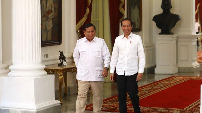 Presiden Joko Widodo bersama Ketua Umum Partai Gerindra Prabowo Subianto usai mengadakan pertemuan di Istana Merdeka, Jakarta, Jumat (11/10/2019). Pertemuan tersebut membahas berbagai isu di Indonesia di antaranya pemindahan ibu kota, isu ekonomi hingga pertahanan negara. (TRIBUNNEWS/IRWAN RISMAWAN)