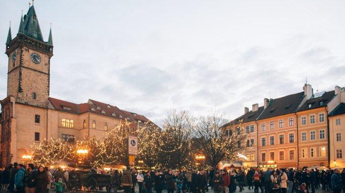 FOTO: Orang-orang berdiri di dekat sebuah bangunan di Praha, Republik Ceko