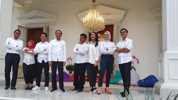 Presiden Joko Widodo memperkenalkan 7 orang yang menjadi staf khususnya. Pengumuman itu dilakukan di beranda Istana Merdeka, Jakarta, Kamis (12/11/2019).(KOMPAS.com/Ihsanuddin)