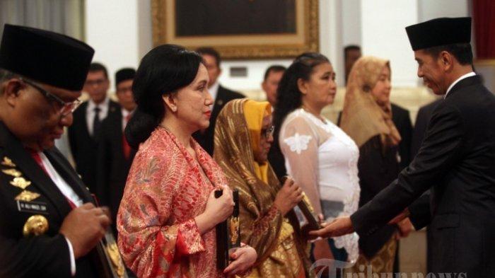 GELAR PAHLAWAN NASIONAL - Presiden Joko Widodo memberikan plakat gelar Pahlawan Nasional kepada ahli waris di Istana Negara, Jakarta Pusat, Jumat(8/11/2019). Enam orang putra-putri dari berbagai profesi mendapat penghargan gelar Pahlawan Nasional.