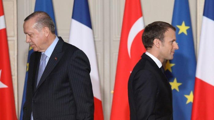 (FILES) Dalam foto file ini diambil pada 5 Januari 2018 Presiden Prancis Emmanuel Macron (kanan) dan Presiden Turki Recep Tayyip Erdogan berjalan saat konferensi pers bersama di Istana Elysee di Paris. Presiden Turki Recep Tayyip Erdogan mengecam pada 24 Oktober 2020 mitranya dari Prancis, Emmanuel Macron, atas kebijakannya terhadap Muslim, dengan mengatakan bahwa dia membutuhkan