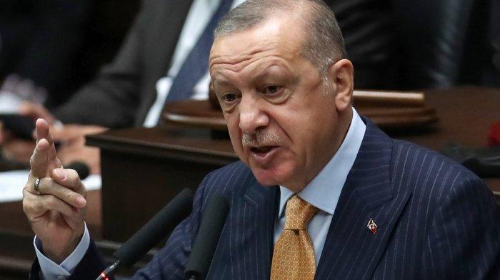 Presiden Turki dan pemimpin Partai Keadilan dan Pembangunan (Partai AK) Recep Tayyip Erdogan berpidato pada pertemuan kelompok partainya di Majelis Besar Nasional Turki di Ankara, pada 28 Oktober 2020.