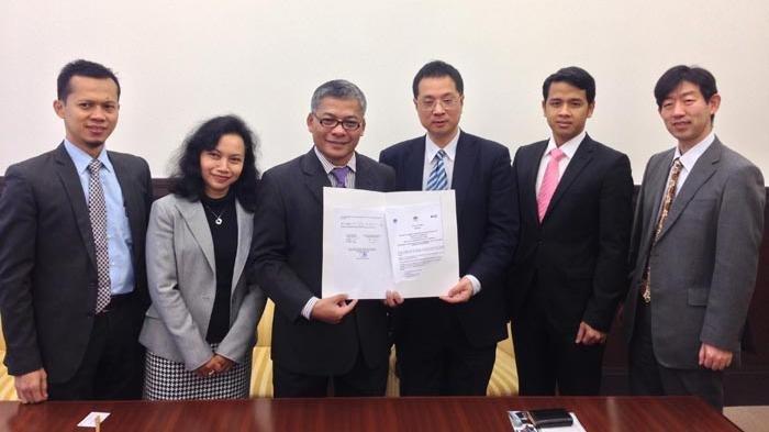 Kepala Departemen Matematika dan Fisika Terapan di Universitas Kyoto, Ken Umeno (ketiga dari kanan), bersama CEO CTECH Labs Edwar Technology, Profesor Warsito P Taruno (ketiga dari kiri).
