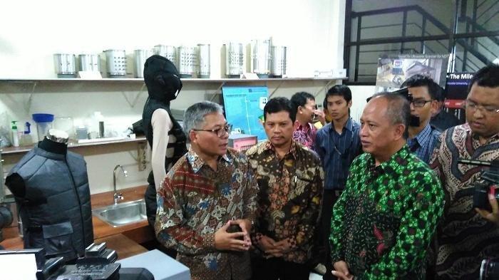 Menristekdikti Mohamad Nasir (batik hijau) melakukan kunjungan ke klinik terapi kanker, C-Tech Lab Edwar Technology di Alam Sutera, Kota Tangerang Selatan, Senin (11/1/2016)