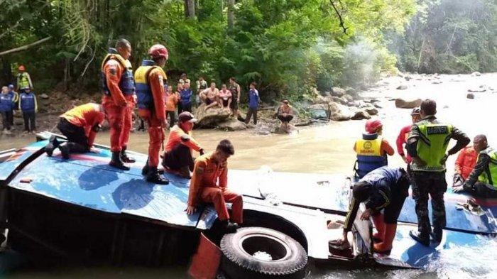 Proses evakuasi para korban kecelakaan bus Sriwijaya di Liku Lematang, Desa Prahu Dipo, Kecamatan Dempo Selatan, kota Pagaralam