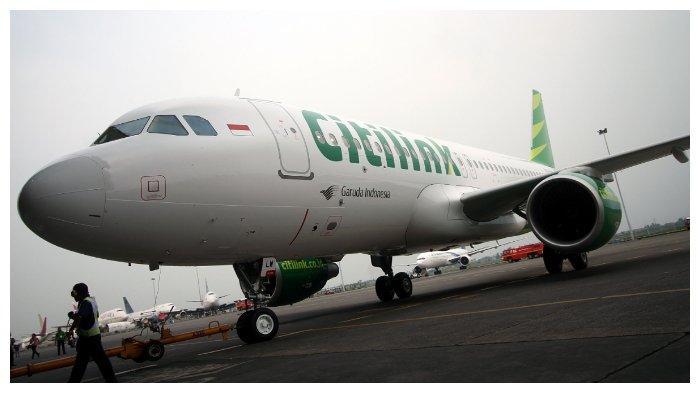 ILUSTRASI Pesawat Terbang - Petugas menarik pesawat Airbus A320 milik maskapai penerbangan Citilink ke Hanggar 2 Garuda Maintenance Facilities (GMF) Garuda Indonesia, Bandar Udara Internasional Soekarno-Hatta, Banten, Minggu (26/5/2013), untuk diperkenalkan kepada publik. Pesawat Airbus A320 tersebut merupakan pesanan ke-22 dari 29 pesawat yang didatangkan langsung dari Toulouse, Prancis, dan dihadirkan untuk memperkuat pelayanan maskapai penerbangan biaya rendah Citilink.