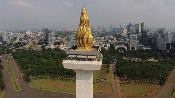 Puncak Monumen Nasional yang dilapisi emas.