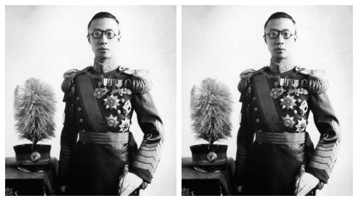 Puyi, kaisar terakhir Tiongkok, menggunakan seragam Manchukuo
