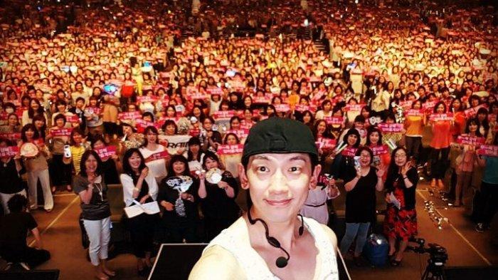 Rain berpose bersama para fans dalam konser 'The Squall Tour' di Malaysia