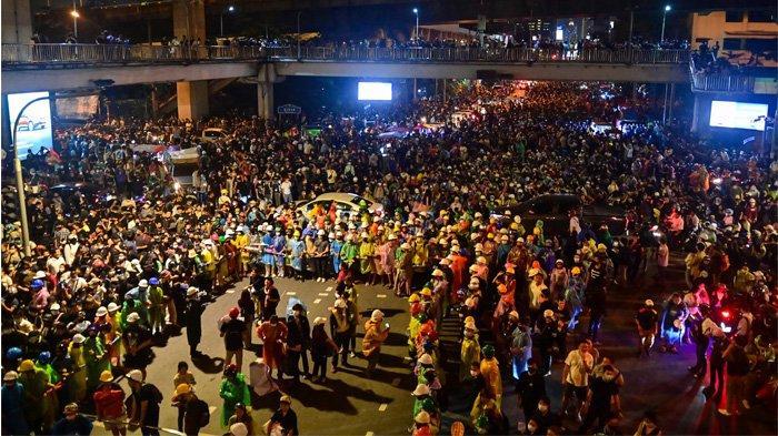 Pengunjuk rasa pro-demokrasi berkumpul di persimpangan jalan utama selama unjuk rasa anti-pemerintah di Bangkok pada 21 Oktober 2020. (Lillian SUWANRUMPHA / AFP)