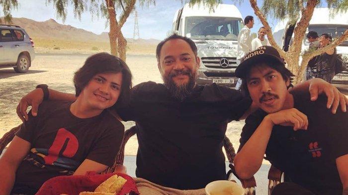 Sutradara Rako Prijanto (tengah) bersama dua pemeran dalam film yang digarap, Warkop DKI Reborn 3, Aliando Syarief sebagai Dono (kiri) dan Randy Danistha sebagai Indro (kanan)