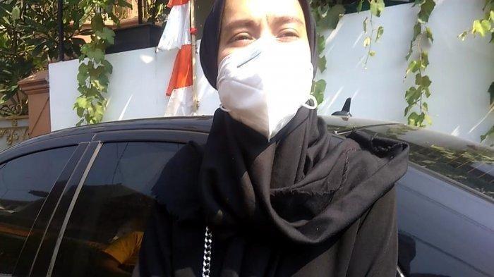 Rani, kakak dari Indra Bruggman ditemui di rumah duka, Jumat (18/9/2020)