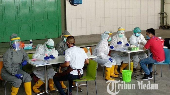 Petugas medis melakukan rapid test massal terhadap seluruh karyawan di Brastagi Supermarket Jalan Gatot Subroto Medan, Selasa (19/5/2020). Sebanyak 130 karyawan Brastagi Supermarket yang tengah jalani rapid test, dilakukan terkait adanya dugaan karyawan Berastagi Supermarket yang terpapar Covid-19.
