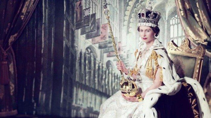ratu-elizabeth-ii-duduk-di-kursi-tahta-kerajaan.jpg