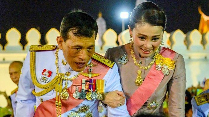 Raja Thailand Maha Vajiralongkorn dan Ratu Suthida menyapa pendukung kerajaan setelah upacara Buddha untuk mendiang raja Chulalongkorn di Bangkok pada 23 Oktober 2020. Setelah berbulan-bulan, puluhan ribu mahasiswa dan rakyat Thailand demo anti-monarki, Raja Maha turun ke jalan, namun yang disapa adalah pengunjukrasa pengikut kerajaan. (Mladen ANTONOV / AFP)
