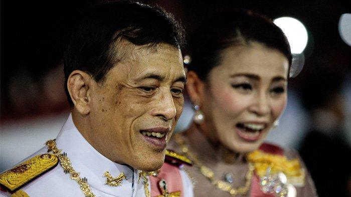 Raja Thailand Maha Vajiralongkorn dan Ratu Suthida dengan muka ramah menyapa pendukung pro-monarki setelah upacara Buddha untuk mendiang raja Chulalongkorn di Bangkok pada 23 Oktober 2020.