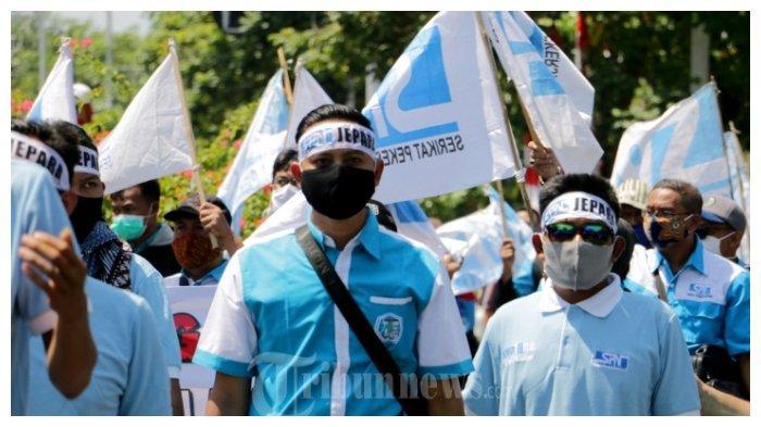 Ratusan buruh yang tergabung dalam Konfederasi Serikat Pekerja Indonesia (KSPI) Provinsi Jawa Tengah melakukan demo di depan halaman Kantor Dewan Provinsi Jateng yang intinya 'Menolak Omnibus Law RUU Cipta Kerja' yang justru isinya mendegradasi kesejahteraan buruh, Selasa (25/08/20)