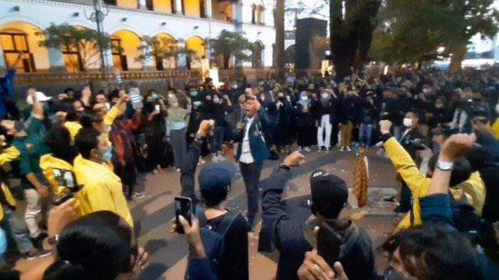 ratusan-mahasiswa-gelar-aksi-turun-ke-jalan.jpg