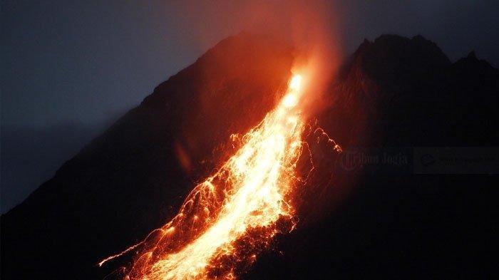 Rentetan guguran besar lava pijar Merapi diabadikan dari gardu pandang Kaliurang barat, Hargobinangun, Pakem, Sleman, Daerah Istimewa Yogyakarta (DIY) Minggu (10/1/2021) malam.