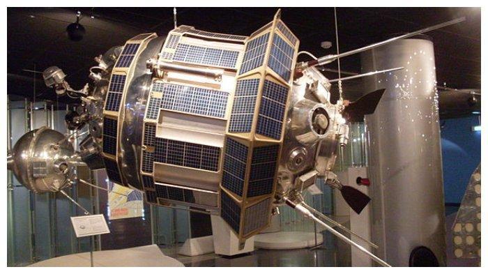 Replika satelit Luna 3 milik Uni Soviet