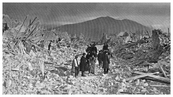 Reruntuhan bangunan akibat Gempa Avezzano