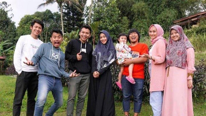 Reza Surya dan Ria Ricis juga sempat liburan bareng di sebuah villa bersama tim Ricis dan tim