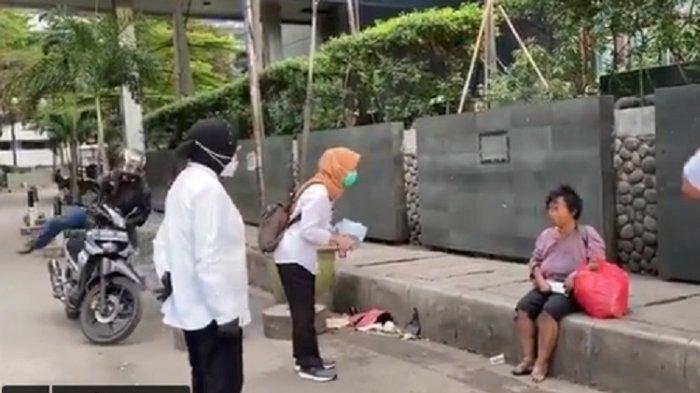 Tangkapan layar Mensos Risma blusukan dan temui tunawisma di kawasan Sudirman, Jakarta Pusat.