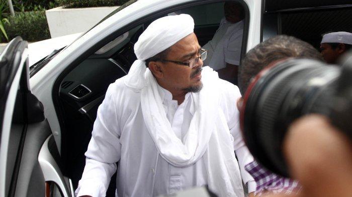 Imam besar Front Pembela Islam (FPI) Habib Rizieq Shihab tiba di kantor Bareskrim Polri, di Jakarta, Kamis (11/3/2016). Habib Rizieq Shihab mendatangi Bareskrim Polri untuk memberikan keterangan sebagai saksi ahli agama dari pihak pelapor terkait kasus dugaan penistaan agama yang dilakukan Basuki Tjahaja Purnama. TRIBUNNEWS/HERUDIN