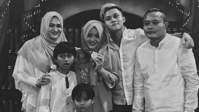 Rizky Febian, bersama keluarganya, termasuk sang ibunda Lina semasa hidup