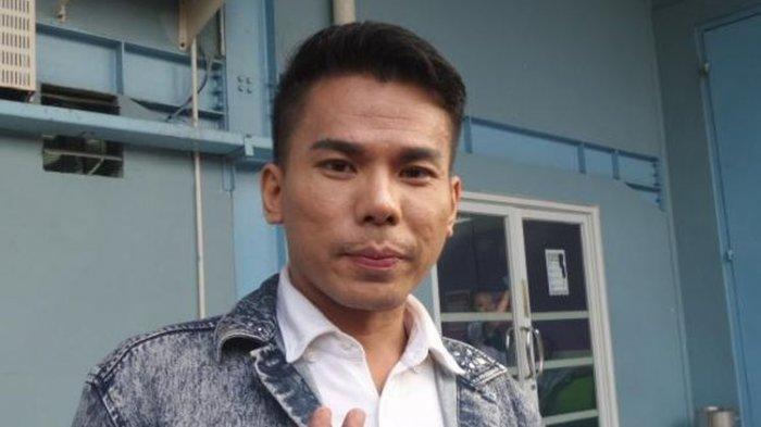 Robby Abbas alias RA (32), atau yang lebih dikenal sebagai mucikari artis diabadikan di halaman Gedung Trans, Jalan Tendean, Mampang Prapatan, Jakarta Selatan, Selasa (10/5/2016).