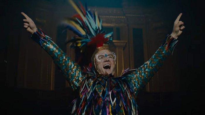 Taron Egerton sebagai Elton John dalam film Rocketman (2019)