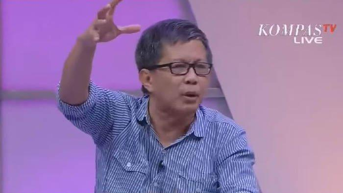 Rocky Gerung sebut kabinet Jokowi akan hancur dan Prabowo Subianto adalah menteri yang pertama direshuffle.