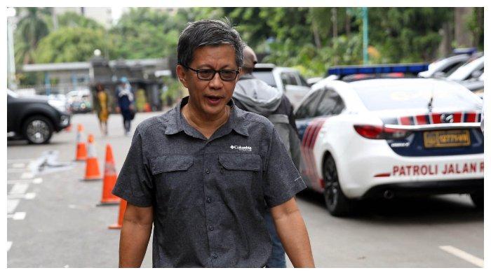 Pengamat politik Rocky Gerung usai memenuhi panggilan kepolisian di Mapolda Metro Jaya, Jakarta Selatan, Selasa (4/12/2018). Rocky Gerung menjalani pemeriksaan sebagai saksi terkait berita bohong penganiayaan Ratna Sarumpaet.