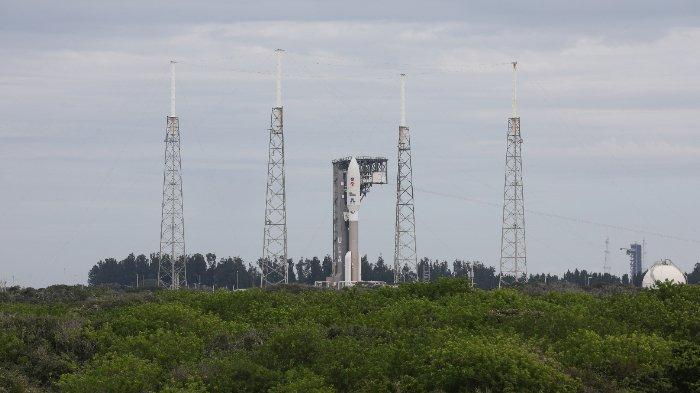 Roket Atlas V dengan rover Perseverance tiba di Launch Complex 41 di Stasiun Angkatan Udara Cape Canaveral di Florida pada 28 Juli 2020. Rover Ketekunan akan mencari tanda-tanda kehidupan kuno di Mars dan mengumpulkan sampel batuan dan tanah untuk kemungkinan kembali ke Bumi. Atlas V adalah salah satu roket terbesar yang tersedia untuk penerbangan antarplanet, setelah juga meluncurkan InSight dan Curiosity ke Mars. Kendaraan peluncuran disediakan oleh United Launch Alliance. Ketekunan dijadwalkan untuk diluncurkan pada 30 Juli 2020 dan tiba di Kawah Jezero di Mars pada 18 Februari 2021. Ini juga akan membawa Helikopter Mars sebagai bagian dari demonstrasi teknologi.