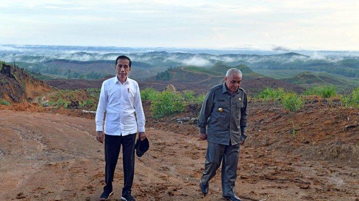 Presiden Joko Widodo didampingi Menteri PUPR Basuki Hadimuljono (kanan) meninjau progres persiapan pembangunan Ibu Kota baru di kawasan Kelurahan Pemaluan, Sepaku, Penajam Paser Utara, Selasa (17/12/2019). Hari ini Presiden Jokowi meresmikan beroperasinya Tol Balikpapan-Samarinda yang akan menjadi jalur penghubung utama menuju Ibu Kota baru RI. TRIBUNNEWS/BIRO PERS/AGUS SUPARTO