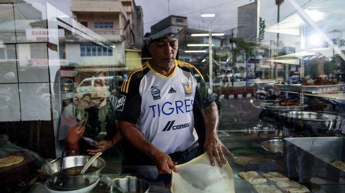 Mohd. Yasin sedang mempersiapkan kulit roti prata di Kedai Kopi Pagi Sore