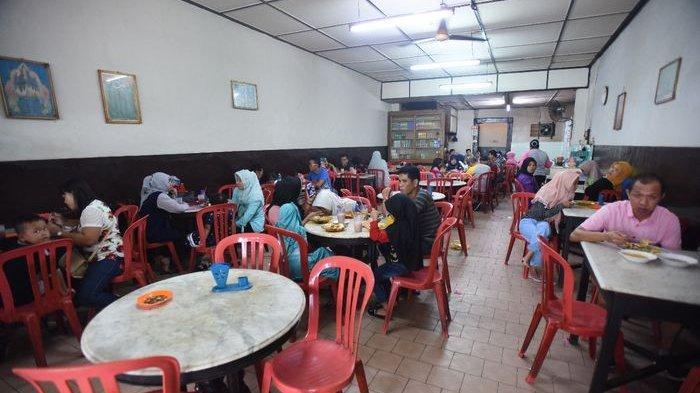 Suasana ramai di Kedai Kopi Pagi Sore yang menyajikan menu khas Roti Prata khas Tanjungpinang