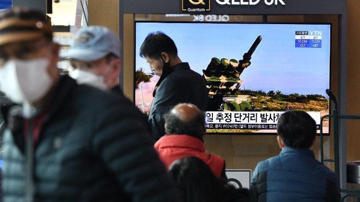 Masyarakat tengah melihat siaran berita televisi yang memperlihatkan rekaman uji coba rudal oleh Korea Utara di sebuah stasiun kereta di Seoul, Korea Selatan, Selasa (14/4/2020). Korea Utara menembakkan beberapa rudal secara bersamaan ke arah laut timur Korea Utara