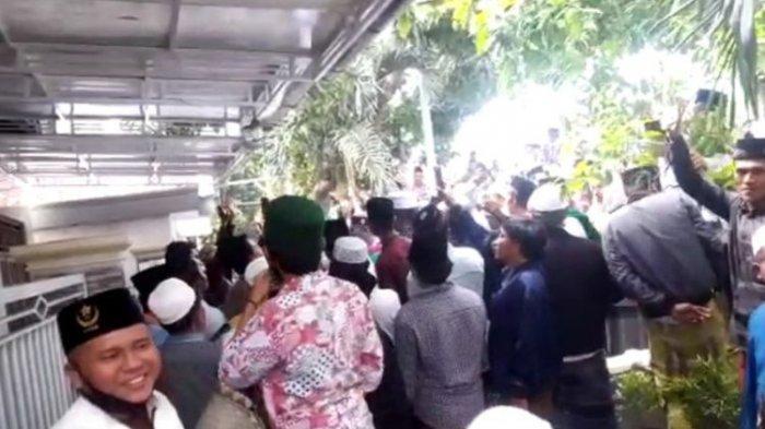 Rumah Menkopolhukam Mahfud MD di Pamekasan didemo ratusan warga, Selasa (1/12/2020).
