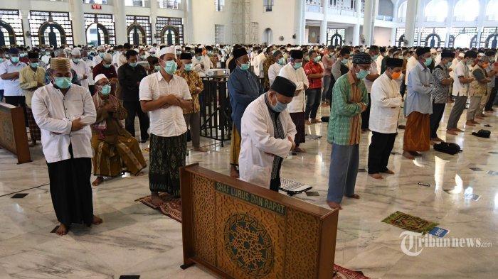 Jemaah menunaikan Salat Jumat dengan shaf berjarak 1 meter di Masjid Nasional Al Akbar, Kota Surabaya, Jawa Timur, Jumat (27/3/2020). MUI memberikan tuntunan ibadah di bulan Ramadan di saat wabah pandemi corona.