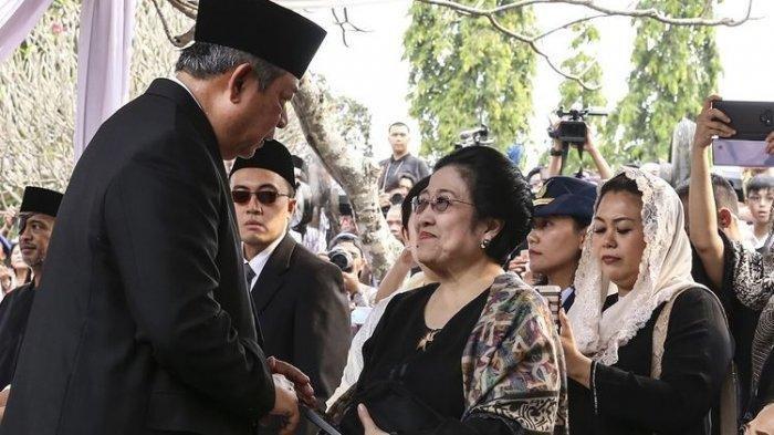 Presiden ke-6 Susilo Bambang Yudhoyono (kiri) berbincang dengan Presiden Ke-5 Megawati Soekarnoputri (kanan) saat menghadiri pemakaman ibu negara Ani Yudhoyono di Taman Makam Pahlawan Nasional Utama (TMP) Kalibata, Jakarta, Minggu (2/6/2019).